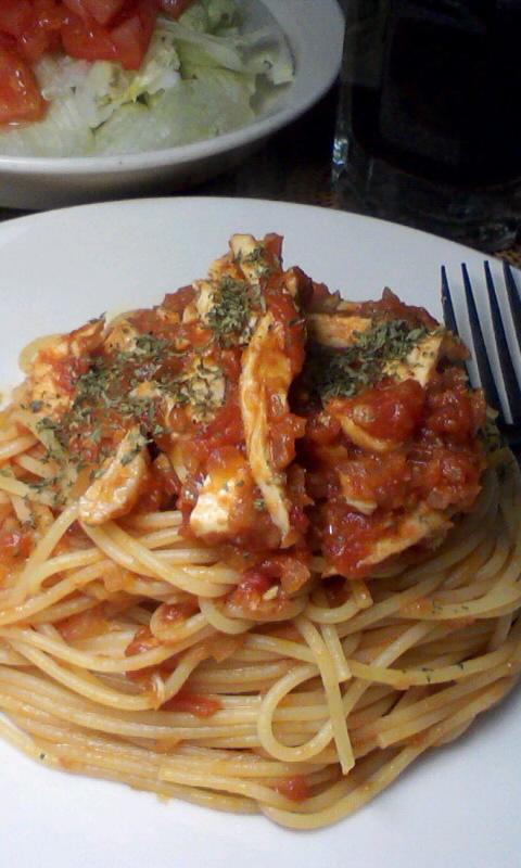 茹で鶏とトマトソースのパスタ